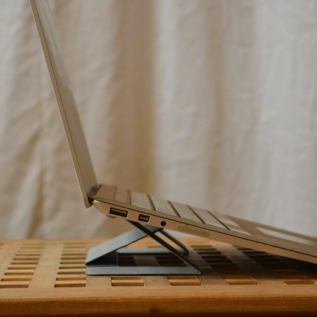 首がスッと伸びるノートパソコン台 / MOFT