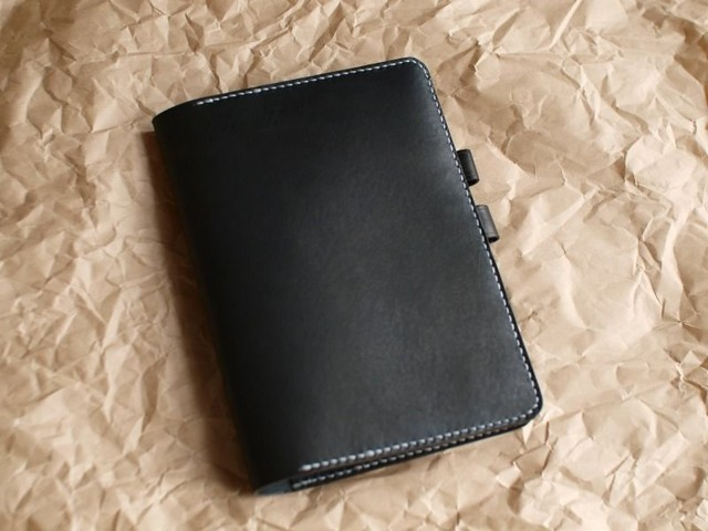 黒い革のA5手帳カバー