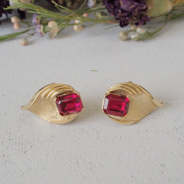 トリファリの赤いガラスイヤリング