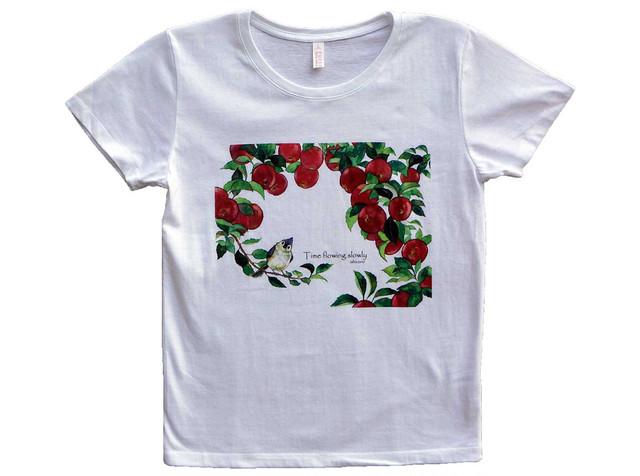 りんごと小鳥のTシャツ