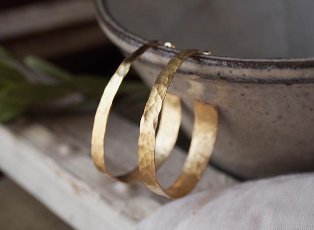 槌目模様の真鍮フープピアス