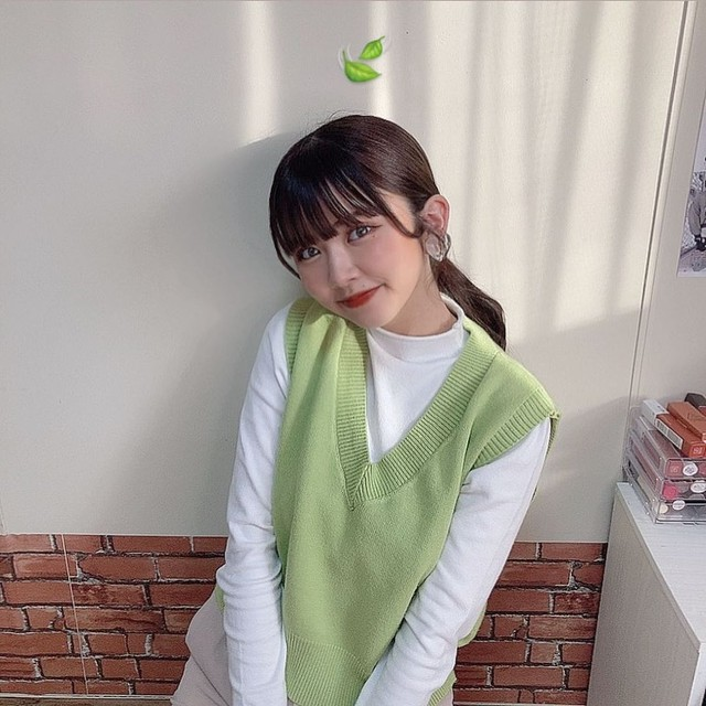 海外発送:【高梨優佳さん 着用】Vネックニットベスト+ハイネック長袖Tシャツ