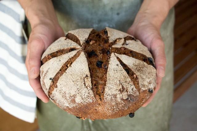 オーガニック全粒粉100% 自家製酵母のパン・オ・ルヴァン(レーズンアンドくるみ)