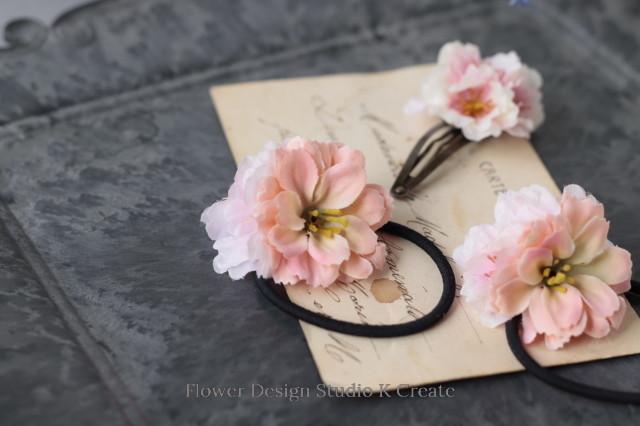卒業式・入学式に♡ピーチピンクのお花のヘアゴムと桜のパッチンクリップ(3点セット) 卒業式 入学式 卒園式 入園式 結婚式 学校行事