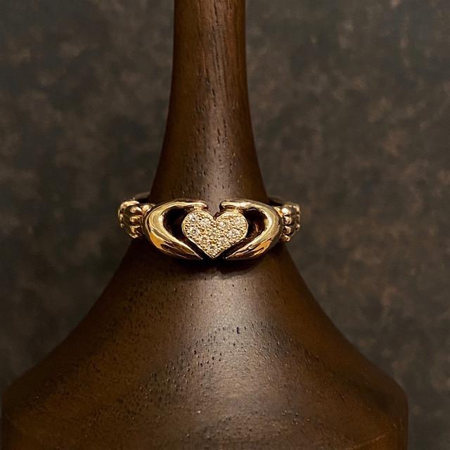 10金製 ダイヤモンドのハートを抱く手のリング