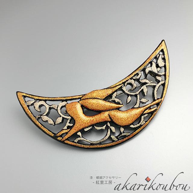 漆 兎モチーフブローチ 唐草 月: 透彫 彫刻 金蒔絵 銀蒔絵