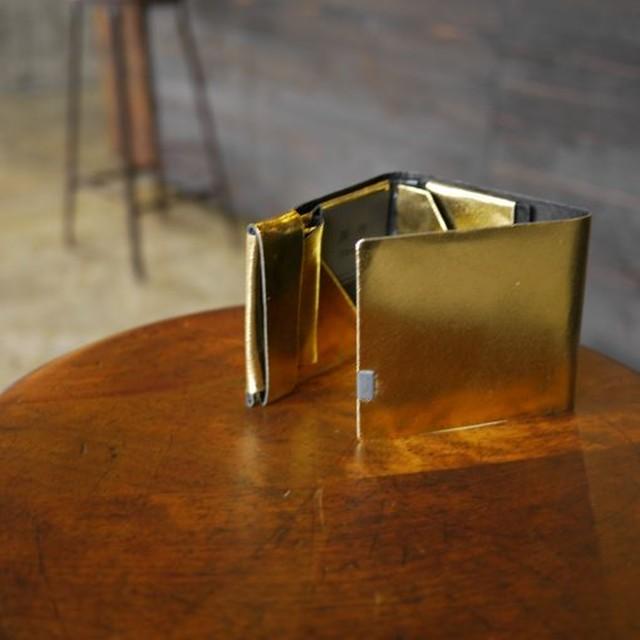 開くといつもの定番カラー。-バイカラー-ゴールド×ブラック ポケットサイズのショートウォレット2.0 <二つ折り財布2.0>