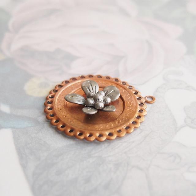 ヴィンテージ 銅とシルバー系メタルの花のチャーム(2コ)
