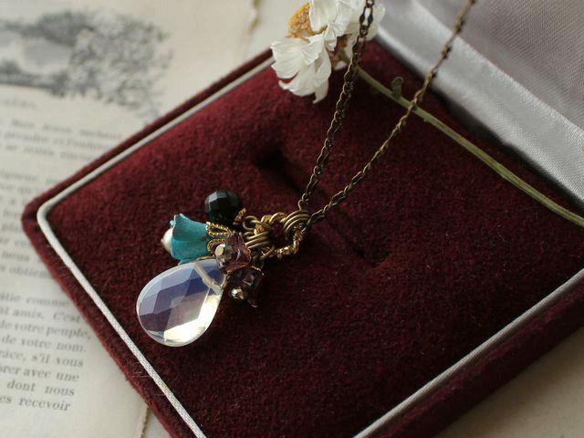 ヴィンテージの青い花と模造オパール ミックスチャーム・ネックレス