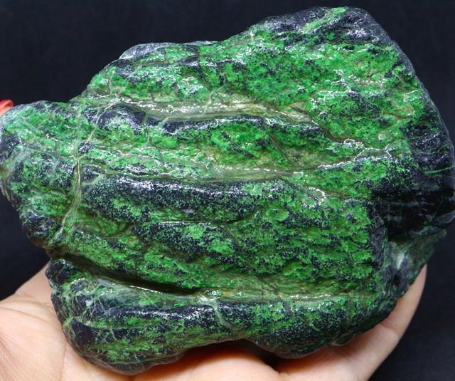 ウバロバイト 灰クロム柘榴石 グリーンガーネット カリフォルニア産 581,9g UV003