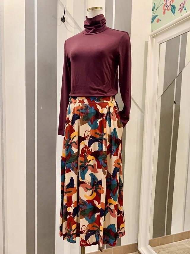 迷彩のようなフラワープリントのロングスカート
