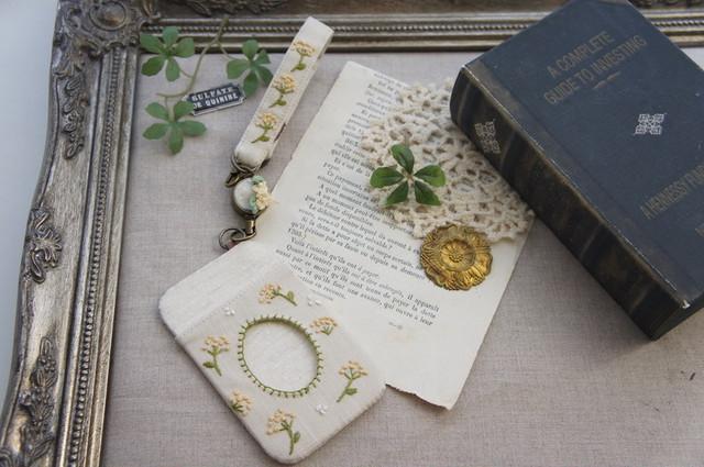 【卒入学祝い】刺繍のリールストラップ・ネイビー×小花