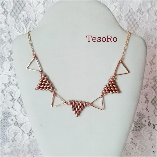 TesoRo:トライアングルネックレス 三角モチーフをビーズで編んだ作品