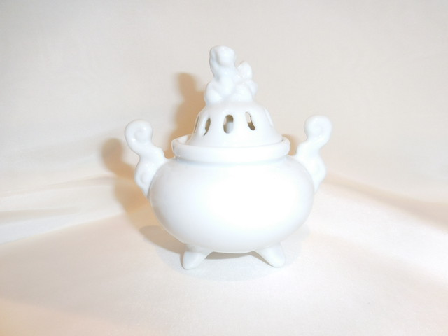 白磁香炉 高栄 作 White porcelain incense burner (No2)