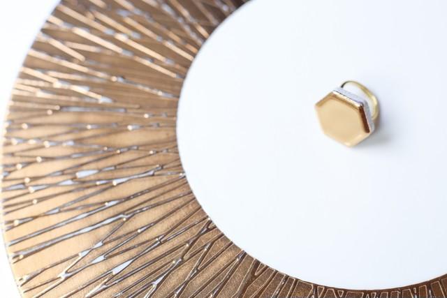 132 24金使用!伝統文化品美濃焼多治見六角タイル指輪・リング(フリーサイズ) ゴールドリーズ004