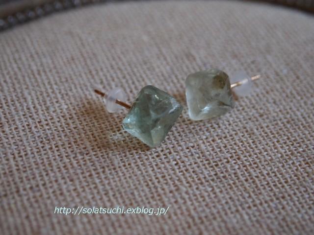 フローライトの原石ミニピアス