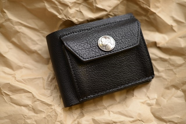 コンチョの付いたバッファロー革の二つ折り財布