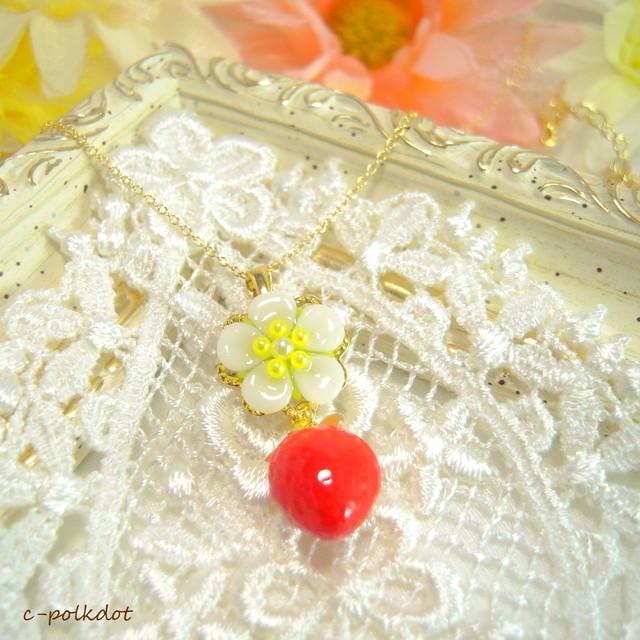 16kgp苺〈白い花と赤い果実〉のネックレス