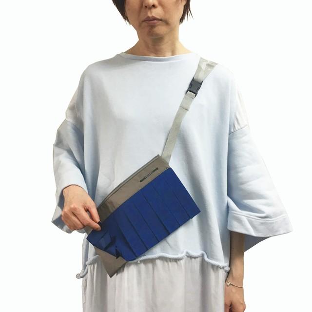 0-201-633 PLEATS SACOCHE [BLUE x KHAKI]