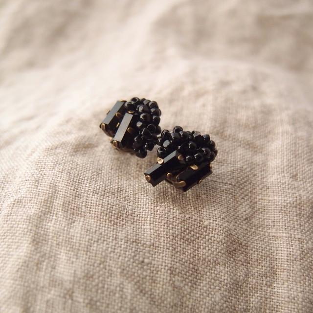 ジェットブラックビーズの刺繍ピアス【Swarovski Crystal】