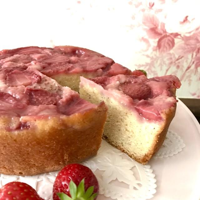 イチゴのアップサイドダウンケーキ