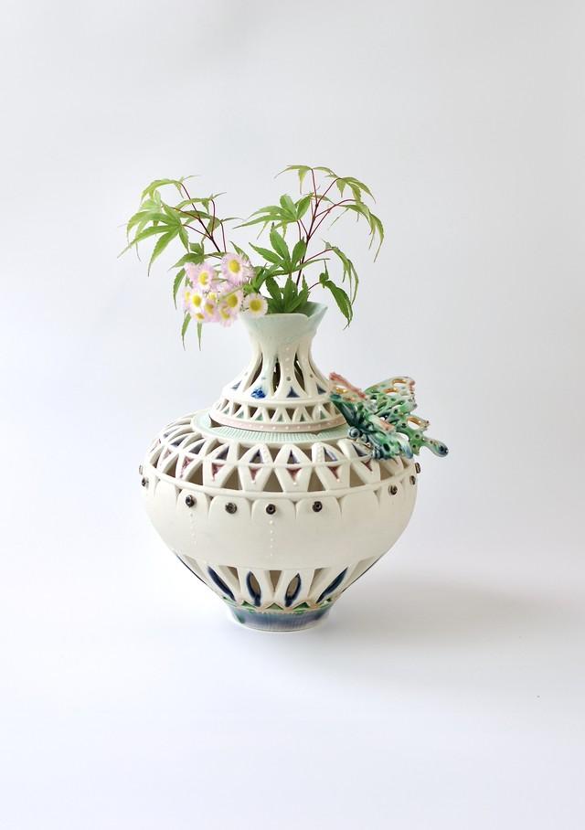 透かし彫り花器 -蝶々と遊ぶ-