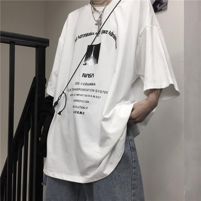 ホワイト・ブラック2色展開のフロントプリントTシャツ
