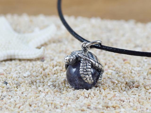 幸福のウミガメ玉ペンダント アイオライト 革ヒモネックレス付き