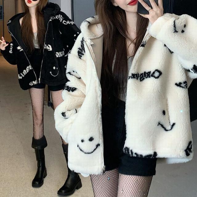 ファージャケット ファーブルゾン スマイリー ニコちゃんマーク ラムウール ゆったり 韓国ファッション レディース アウター 大人可愛い ガーリー / Loose lazy smiley face hooded lambswool coat (DTC-635745143867)