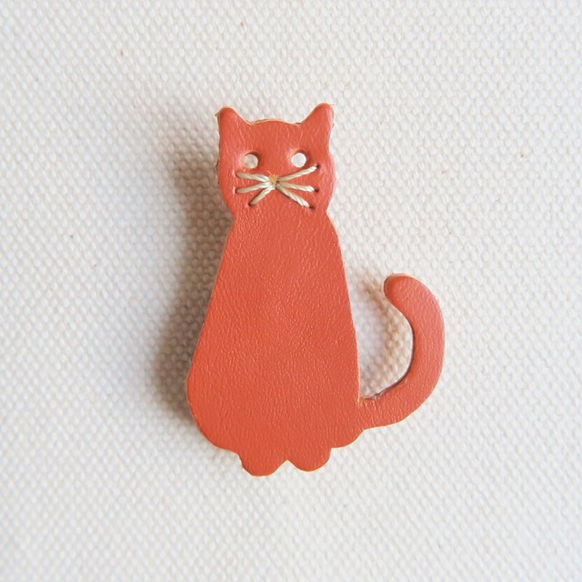 Leather brooch cat R.BROWN