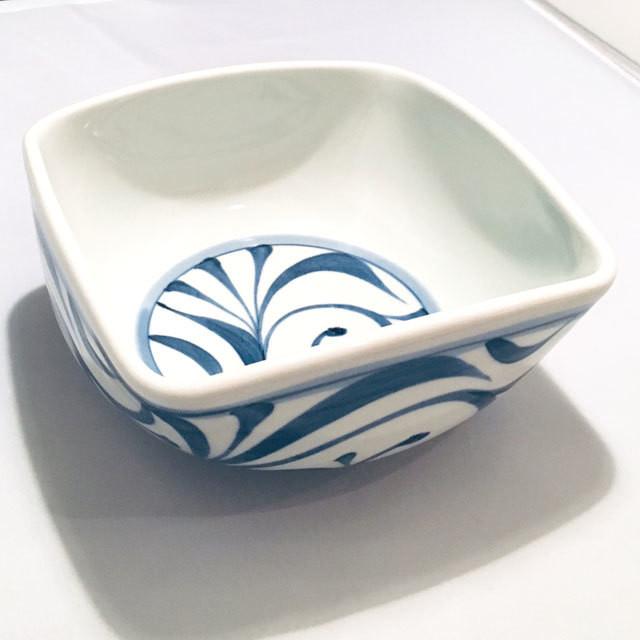 【砥部焼/梅山窯】5寸四方曲鉢(赤菊)