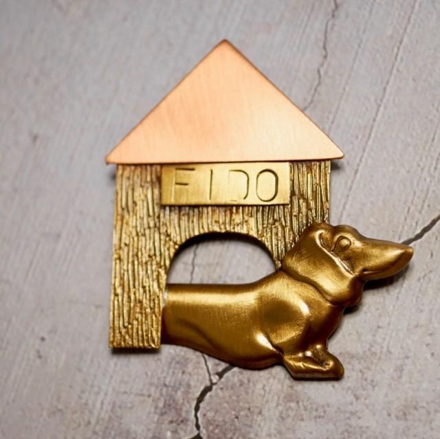 犬と犬小屋 ミックスメタル ブローチ