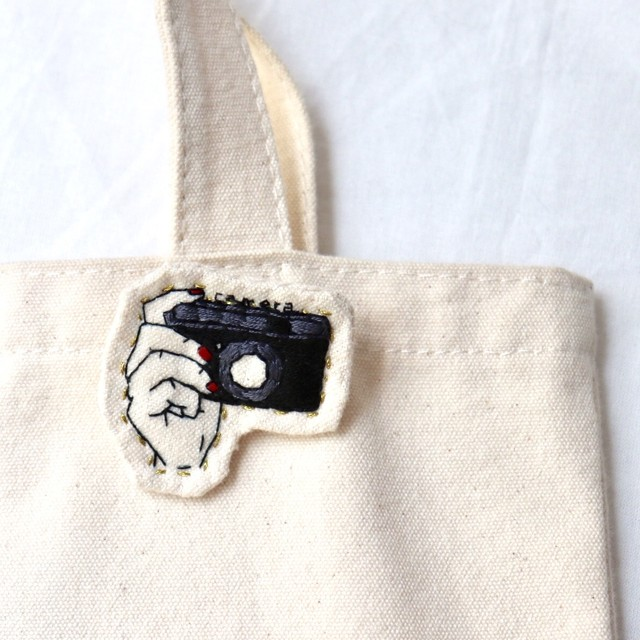 カメラのハンドメイド刺繍ブローチ