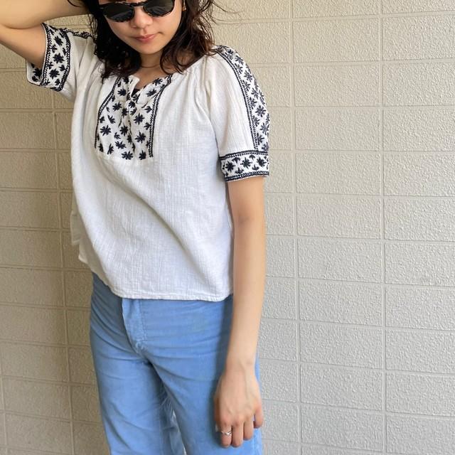 Monotone embroidery box blouse