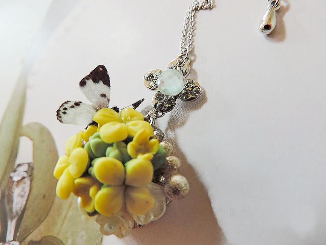 胡蝶蘭とグラデーションガラズビーズのネックレス