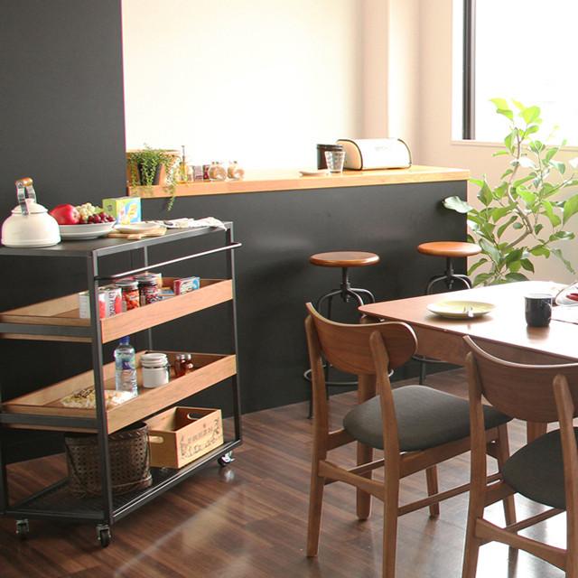 キッチンワゴンでカフェ風収納。洋服や靴もショップ風にディスプレイ収納できて、キッチン以外でも活躍します。