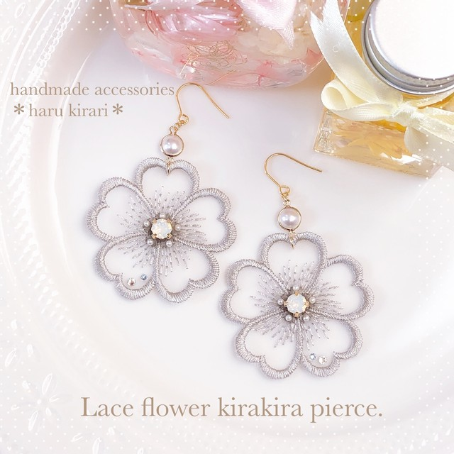 Lace flower kirakira pierce.