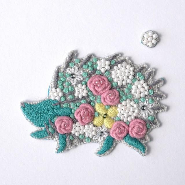 手刺繍シール ししゅール「花まとうハリネズミ GR」刺繍ステッカー スマホ ワッペン