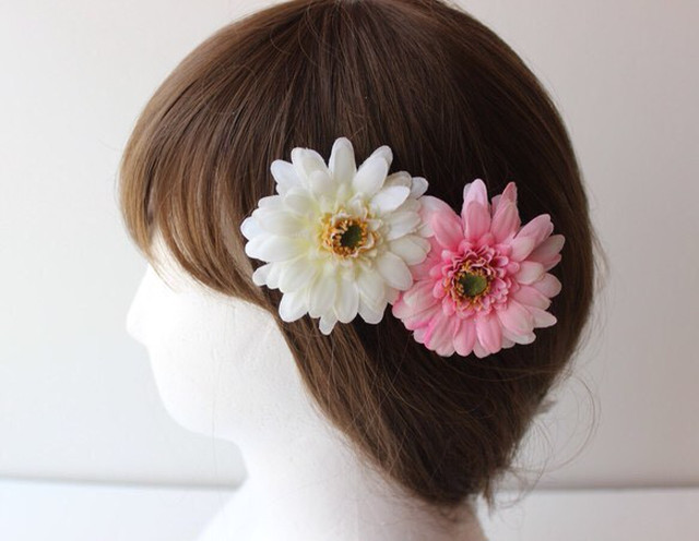 白とピンクガーベラの髪飾り