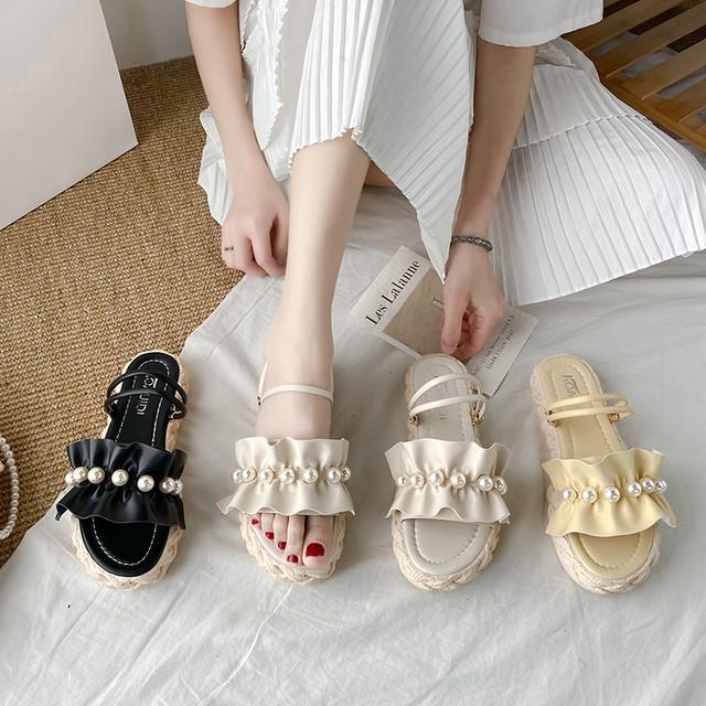 フリルサンダル パール付き アンクルストラップ コンフォートサンダル ローヒール 韓国ファッション レディース サンダル イミテーションパール かわいい 歩きやすい フェミニン / Platform sponge cake Roman sandals (DTC-641141617800)
