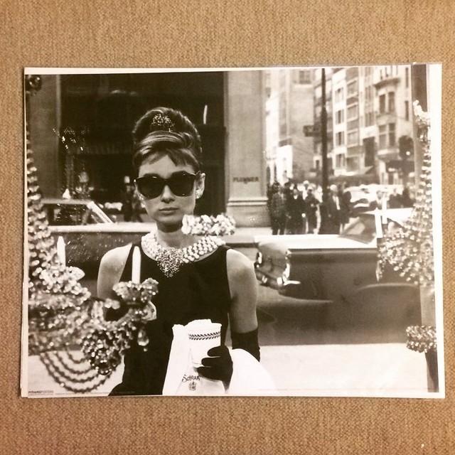 ポスター「オードリー・ヘプバーン ティファニーで朝食を サングラス」 - メイン画像