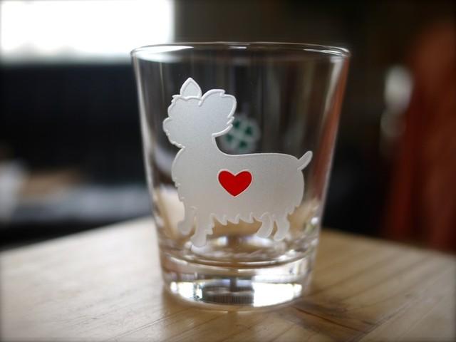 ヨークシャーテリア彫刻グラス(ハート&クローバー)