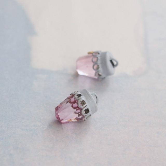 ヴィンテージ ピンクカットガラスにグレーキャップ、コンビチャーム(1コ)