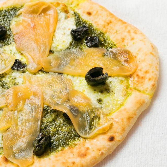 ジェノベーゼと生ハム・モッツァレラのピザ
