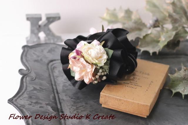 黒いフリルリボンとベージュローズのバンスクリップ アーティフィシャルフラワー 造花 クリップ リボン 髪飾り 秋冬 パーティー プレゼント