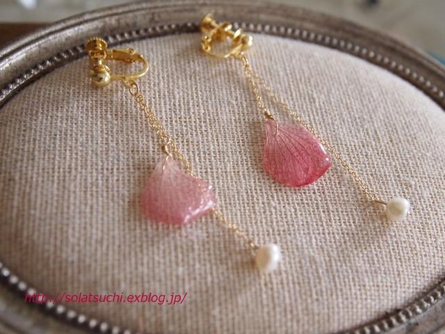 ピンクのあじさい花びらと淡水パールのイヤリング