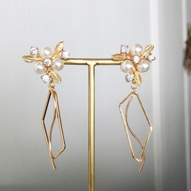 Gold pearl flower with waving earrings vol.2