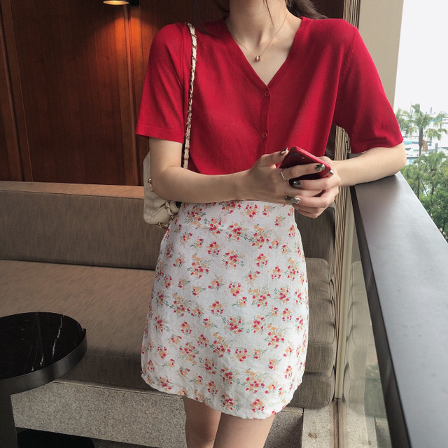 Vネックブラウス+花柄スカート