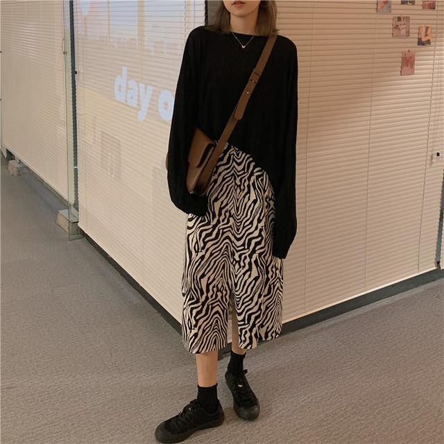 ブラック長袖Tシャツ+モノクロパターン柄スカート