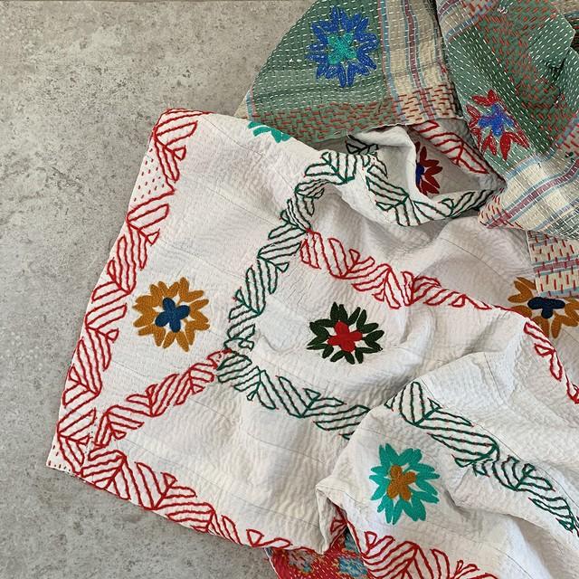 大判 ヴィンテージ ラリーキルト カンタキルト 裏は元気カラーのカントリースタイルな刺繍キルト